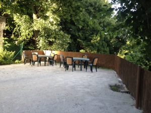 zahradne sedenie na dvore domu Jozefa Zahoru v Štiavnických baniach