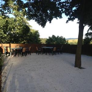 dvor a záhradné sedenie s krásnym výhľadom na Sitno
